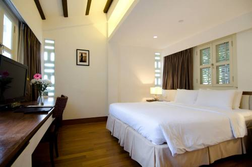 Deluxe Room at The Sultan Hotel Singapore.