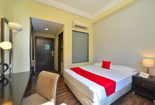 Deluxe room at RedDoorz @ Aljunied Singapore.