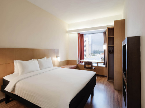 Guest room at Ibis Singapore on Bencoolen hotel.