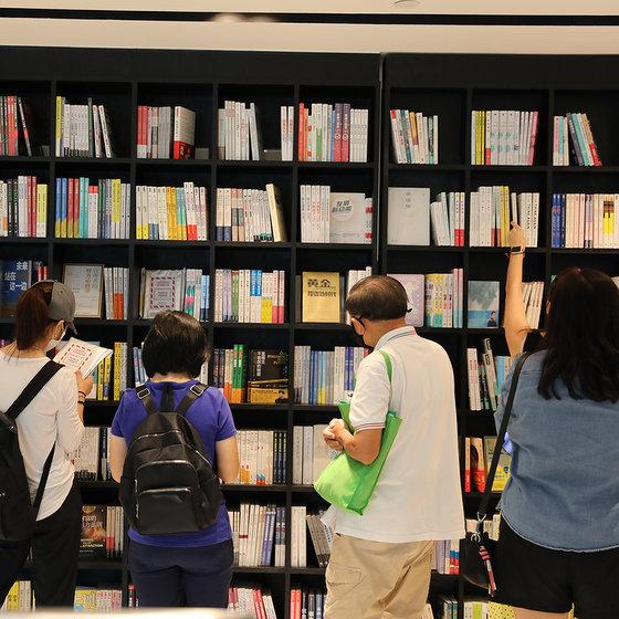 Chinese Books in Singapore - The Zall Bookstore Wheelock Place.